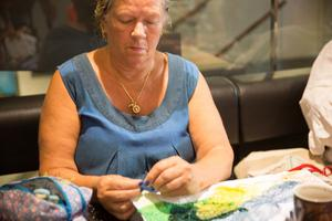 Yvonne Andersson försöker att få in fler färger än blått i sina broderier och kreationer.