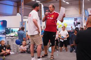 Mässarrangören Niklas Ohlson från Happy Sveg tog hem första pris i flaskracet, och fick ta emot pris från Göthe Hammarström på Svegs IK.