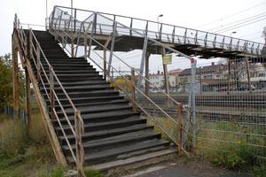 Broar förses ofta med höga skydd för att hindra att någon hoppar – som gångbron över järnvägen i centrala Ljusdal.