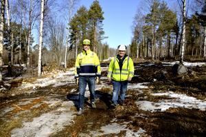 Johan Wessberg, platschef på NCC, och Benny Sagmo, projektledare på Sundsvalls kommun, på platsen där det nya bostadsområdet ska byggas i Ankarsvik på Alnö.