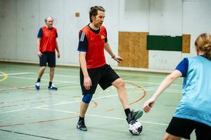 Micke Andersson-Knut  planerar en passning.