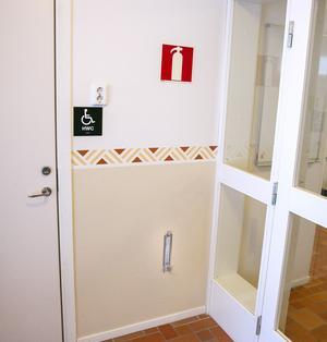 Brandsläckaren i entrén användes som tillhygge.