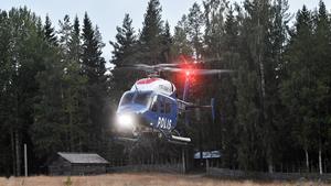 Foto: Maja Suslin. En polishelikopter vid insatsen i Ljusdal.