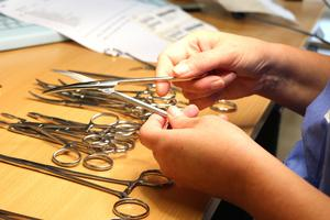 Efter rengöringen kollas varje instrument noggrant  för hand så att inga blodrester finns kvar.