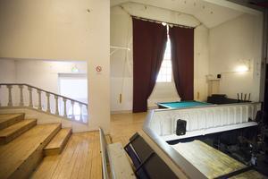 I spelsalen en trappa upp finns läktaren bevarad.