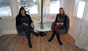 Kicki Norberg och Johanna Nilsson från Sollefteå Stadsnät provsitter fåtöljer i nya arbetslokaler.