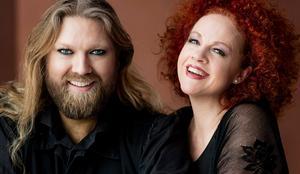 Tenoren Rickard Söderberg och mezzosopranen Matilda Paulsson bjöd på idel extranummer under konserten i Gävle konserthus. Bild från skivomslaget till