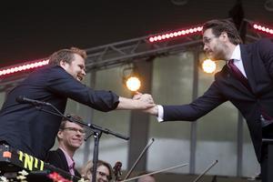 Loney Dear skakar hand med dirigent Alexander Hanson.