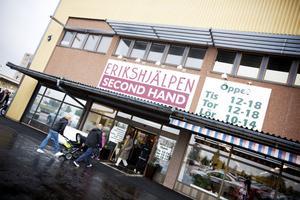 STÖRRE LOKALER. Erikshjälpen i Gävle hade i går nyinvigning av sina gamla men större lokaler. Tidigare har butiken utökat sina öppettider från två dagar i veckan till tre dagar i veckan. Men det räckte inte. Gävleborna skänker alltmer prylar till välgörenhet.