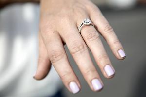 7 juli 2014: Sofia Hellqvist visar förlovningsringen när paret besöker Falun.