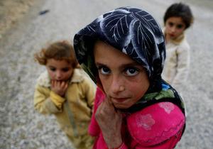 Barn dör av bomber och i flyktingkriser. Respektera dem som flyr för att rädda sina barn. (Barnen på bilden är inte samma barn som i texten.)