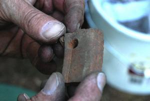 Hål. Varför borrade man hål i lergodset? Svaret kanske kommer på torsdag då utgrävningarna i Svartviken, Stora Lönnvattnet, är öppnad för allmänheten. Foto:Berndt Norberg