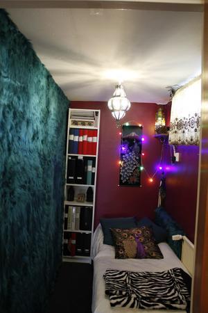 I källaren finns det lilla rummet som är mörkt och svalt och helt nödvändigt vid ett migränanfall.