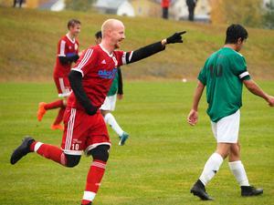 Målgest för Dennis Thunell på det gröna gräset på Söderåsens IP efter sista matchen för säsongen 2020, som Hede vann med 9-0.