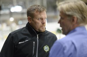 Björklövens tränare Joakim Fagervall surrar med Peter Gradin före matchen.