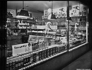 1940-tal. Konsums julskyltning på Storgatan 9. Tema julkonserver. Foto: Eric Sjöqvist, Örebro. (Bildkälla: Örebro stadsarkiv)