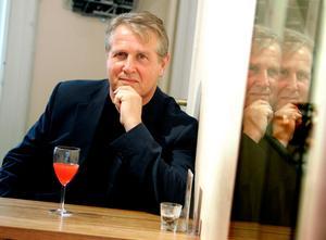 Åke Smedberg är uppväxt i Selånger men bor numera i Uppsala. Hans författarbana är lång och priskantad och nu kan han också vinna SR:s novellpris. Bild: Pontus Lundahl