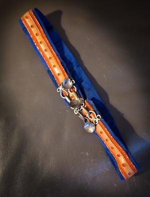 Skärpet till kolten är av ovanlig modell med håltaget läder och silverberlocker.