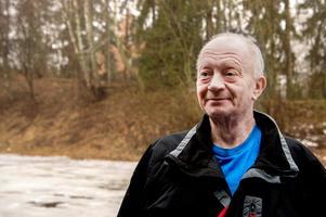 """Mats """"Matte"""" Lööv är uppvuxen i Västerås och kan inte tänka sig att bo någon annanstans. """"Du får leta länge efter någon som är så hemmakär"""". Inför födelsedagen ordnar han fest på Västerås Brukshundsklubb och räknar med ett femtiotal gäster.Foto: Annika Persson"""