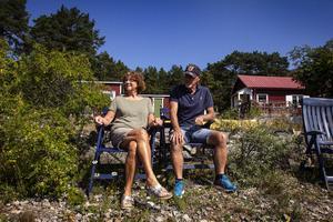 Sommarsäsongen på Skatön är lång och soltimmarna många, fler än på fastlandet intygar Göran och Annika. Blir värmen för mycket är det nära till havet.