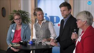 Centerpartiets Elin Lemon,  programledarna Maria Lindholm och Petter Hansson Frank samt socialdemokraternas Ann-Marie Johansson.