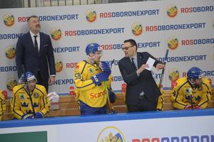 Lander får instruktioner av assisterande tränaren Peter Popovic. Foto: Bildbyrån.