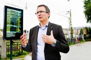 Kommunalrådet Peder Björk (S) gillar inte att beslutet kan skjutas upp.