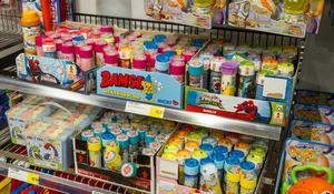 Såpbubblor köps året runt. På vintern tycker barnen att det är kul att bubblorna fryser.