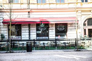 Offside sports bar på Järnagatan har byggt upp sin uteservering under veckan för att kunna ha premiär denna helg. Foto: Simon Karlsson
