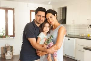 Ali Omumi med frun Negar Niknam Maleki och dottern Hanna bodde i Sverige tre år innan de utvisades. Brister med försäkringar hos en tidigare arbetsgivare var orsaken. Nu nekas Ali förnyat arbetstillstånd.