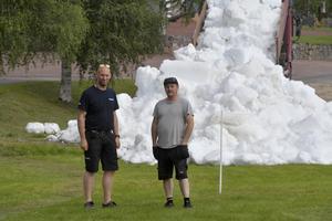 Närmare 60 lass från Idre yrans egen snödepå samt från Idre Fjäll körs nu ut med hjälp av ideella åkare, konstaterar Mattias Franzèn och Patrik Persson när snöläggningen inleddes i 25 gradig värme.