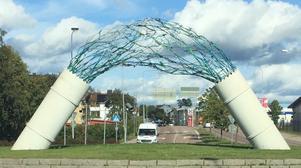 2019. Den stora laxen är försvunnen från Diana Anderssons konstverk i rondellen Södra vägen, Stationsgatan och Västra vägen. Vem vet vad som hänt?