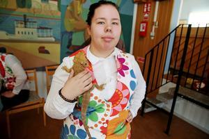 Cecilia Sahlström från Playmäkers tog mer än gärna hand om Saara Östlunds skäggagam.