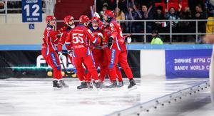 Ryskt jubel efter drömstarten i Erofey Arena i Chabarovsk. Bild: Rikard Bäckman/Bandypuls.se /TT.