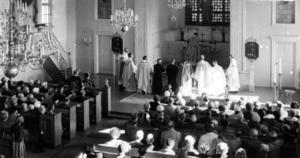 Däremot finns det bara en bild inifrån kyrkan. Det här ser ut att vara en prästvigning och ska man gissa på årtal kan det kanske vara 1950-tal?