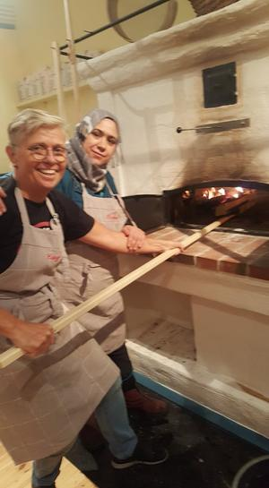 Mayaada och Margareta sjussar in kakor i ugnen. Full fart och med rosor på kind!