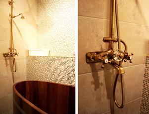 Gunmari letade ett tag innan hon hittade ett badkar i trä. Mosaik och mässing pryder väggarna.