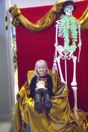Tess Arnefjord passar på att ta en bild tillsammans med skelettet.