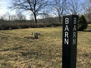 På Norra kyrkogården i Örebro finns detta gravfält för barn. Det minner om tider som flytt, och gravarna här är gamla.  Här vilar bland annat syskonen Gunnar och Ivar Svensson, som avled i mars 1946.