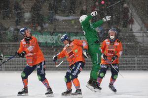 Hammarbys Christoffer Fagerström hoppar för att fånga bollen i kamp med Bollnäs Jesper Larsson, Per Hellmyrs och Jens Wiik.