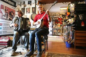 En låt i affären, som är ett gubbdagis och ställe för ungdomar att hänga, fika och spela musik, säger Pelle och Per.