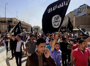 Juni 2014. IS-anhängare demonstrerar i Mosul sedan terrorgruppen intagit staden.  Foto: AP Photo.