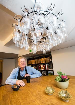 Flera inredningsdetaljer anspelar på verksamheten. Som taklampan med vinglas eller bordet som är gjort på ett 500-liters vinfat.