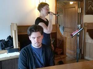 Linnea Stenberg och Nils Frändén underhöll med vacker sång och musik. Foto: Gertrude Nilsson