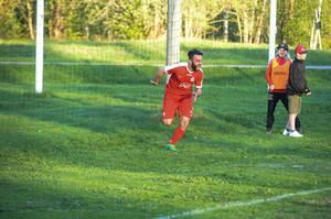 Khoger Hammad efter sitt 2-1 mål.