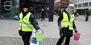 Birgitta Åberg och Gunn Hellberg plockar upp skräp för att samla in pengar till Musikhjälpen.