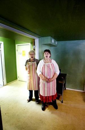 En sång innan maten bjuder Ulla Andersson och Gudrun Sjölund på.