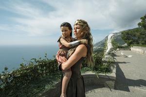 Drottning Hippolyta (Connie Neilsen) med dottern Diana (Lilly Aspell) i den nya filmen
