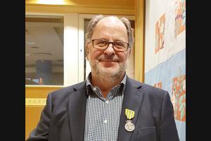 Kurt Blomqvist, ansvarig för Frivilla Resursgruppen i kommunen, såg till att samla mannar för hjälpa till efter stormen Alfrida. Nu har han fått medalj för sina insatser. Foto: Barbro Lellkyl