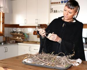 """""""Rötterna från såpnejlika innehåller ett naturligt tvålämne. Man kan sjuda det i vatten och tvätta sig med. Det fungerar också bra till att rengöra ömtåliga textilier"""", berättar Emma Kronborg."""